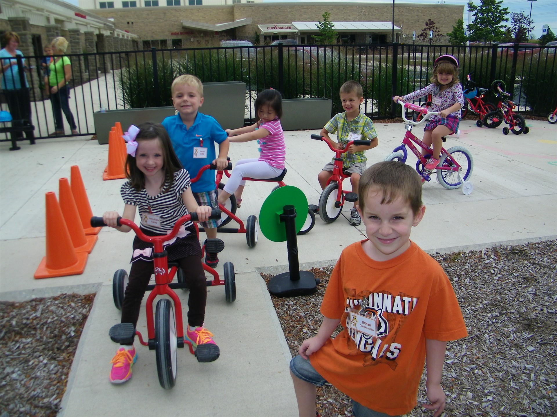 Preschoolers_riding_trikes_on_sidewalk